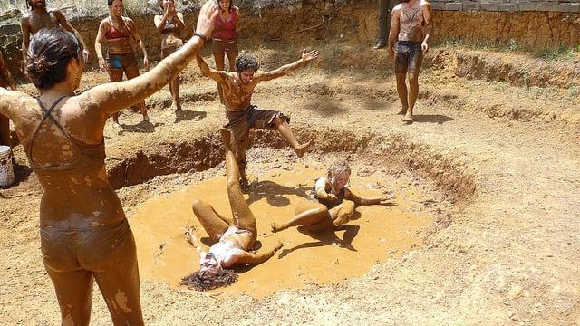 грязевая игра сотрудников