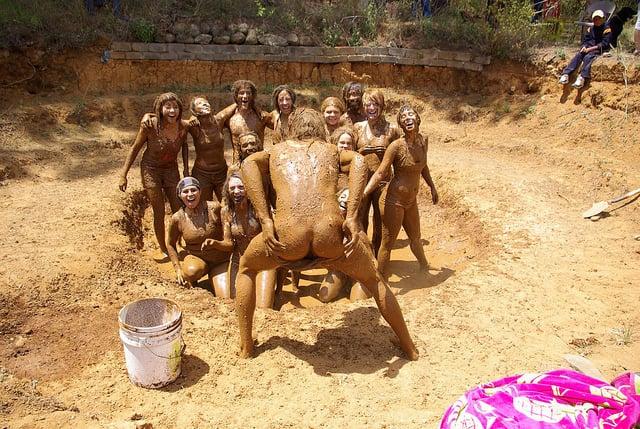 все участники уже барахтаются в общей грязевой ванне