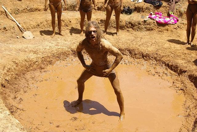руководитель в луже с грязью