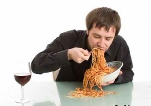 ведущий кушает во время корпоратива